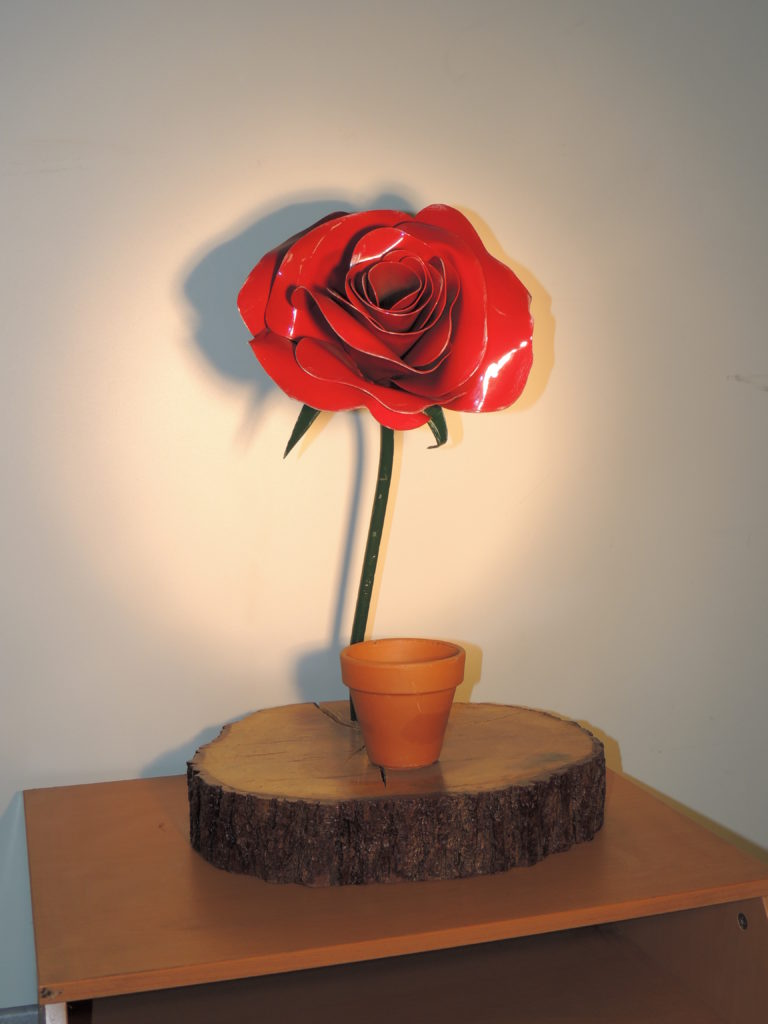 rose en métal peinte en rouge