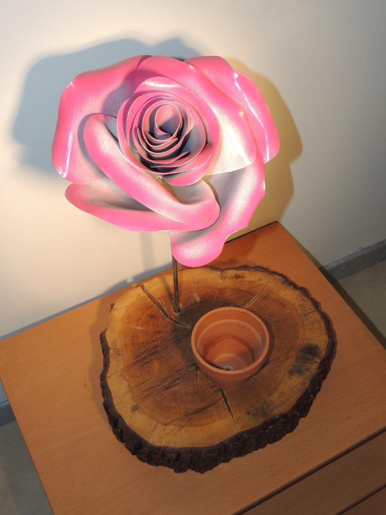 rose en métal forgé et peinte en rose