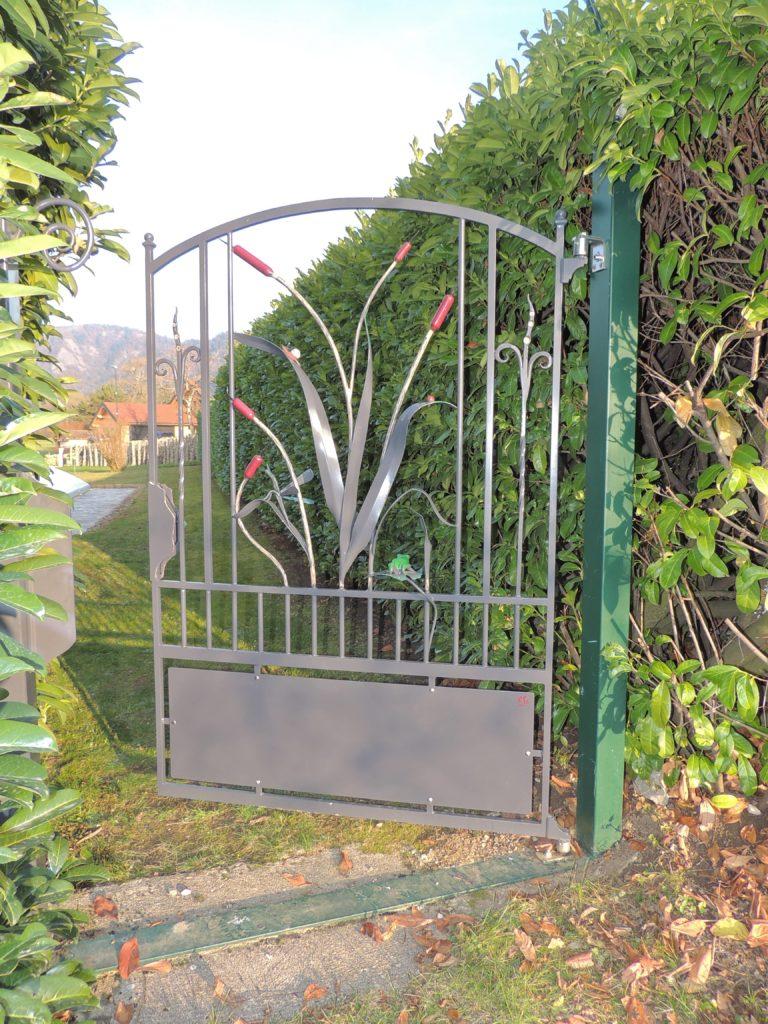 vue éloignée du portillon en fer forgé clôture de jardin